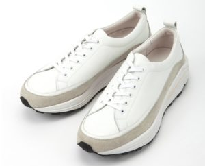 YOAKの白スニーカーの写真