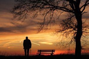 一人で寂しい男の人